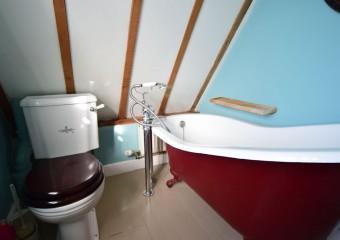 Family bothroom - delightful roll top bath